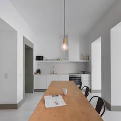 Embaixador: Salas de jantar  por arriba architects