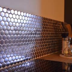 Décoration d'un appartement neuf à Lyon: Éléments de cuisine de style  par Koya Architecture Intérieure,