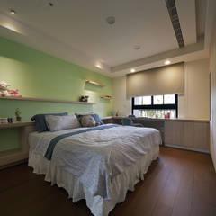 Dormitorios infantiles de estilo  por 夏川空間設計工作室