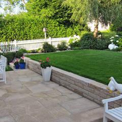 Eine Gartenanlage mit viel Liebe zum Detail.: landhausstil Garten von RAUCH Gaten- und Landschaftsbau GbR