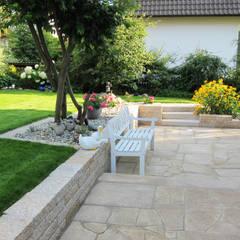 Eine Gartenanlage mit viel Liebe zum Detail.:  Terrasse von RAUCH Gaten- und Landschaftsbau GbR