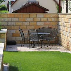 Eine Gartenanlage mit Sandstein und Travertin.:  Terrasse von RAUCH Gaten- und Landschaftsbau GbR