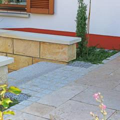 Eine Gartenanlage mit Sandstein und Travertin.:  Treppe von RAUCH Gaten- und Landschaftsbau GbR