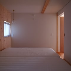徳島の家: 森本敦志建築設計事務所が手掛けた寝室です。