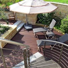 Faszination Gartenteich - modern und verspielt:  Terrasse von RAUCH Gaten- und Landschaftsbau GbR