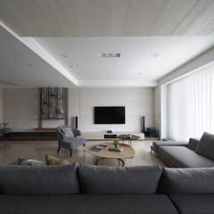 <大樓-3+1房2廳>度假感住宅 貼心三代機能需求:  視聽室 by 夏川空間設計工作室