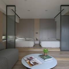 <大樓-3+1房2廳>度假感住宅 貼心三代機能需求:  更衣室 by 夏川空間設計工作室
