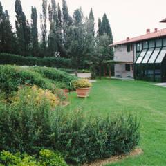 le scarpate con le fioriture stagionali: Giardino anteriore in stile  di Morelli & Ruggeri Architetti