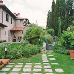 l'accesso agli spogliatoi e locali tecnici interrati: Giardino anteriore in stile  di Morelli & Ruggeri Architetti