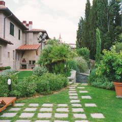 accesso allo spogliatoio interrato della piscina e ai locali tecnici: Giardino anteriore in stile  di Morelli & Ruggeri Architetti