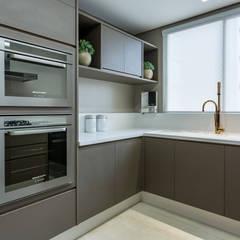 Apartamento Luxo Curitiba/PR: Cozinhas  por Flávia Kloss Arquitetura de Interiores