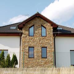 Steinfassade - Modern Rustic: rustikale Häuser von Tschechische Steinmetze