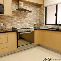 Casa Corti: Cocinas equipadas de estilo  por AFG Construcción y Diseño