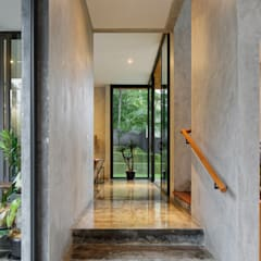 House of Inside and Outside:  Corridor & hallway by Tamara Wibowo Architects