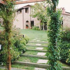 Jardines delanteros de estilo  de Morelli & Ruggeri Architetti