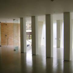 C60-VESTIBULO PORTERIA: Pasillos y vestíbulos de estilo  por RIVAL Arquitectos  S.A.S.