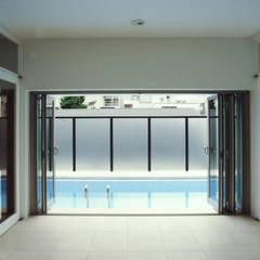 東京でプールのある家: 石川淳建築設計事務所が手掛けたプールです。