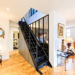 rénovation d'un appartement en duplex: Couloir et hall d'entrée de style  par ELB architecture d'intérieur