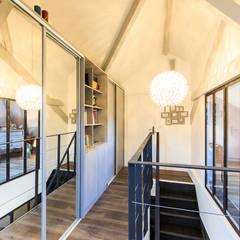 rénovation d'un appartement en duplex: Dressing de style  par ELB architecture d'intérieur,
