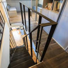rénovation d'un appartement en duplex: Escalier de style  par ELB architecture d'intérieur