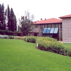 Jardins de fachada  por Morelli & Ruggeri Architetti