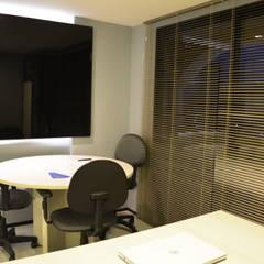 Sala de Reuniões/ Diretoria: Espaços comerciais  por Coletânea Arquitetos