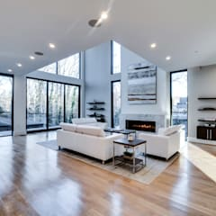 Chesapeake:  Living room by KUBE Architecture