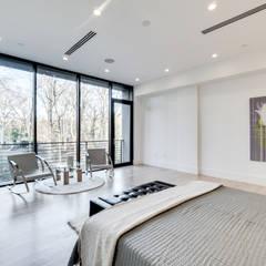 Chesapeake:  Bedroom by KUBE Architecture
