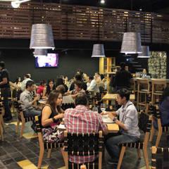Diseño de Restaurante MOSTO BEER HOUSE: Comedores de estilo industrial por DISEÑO DE BARES Y RESTAURANTES B&Ö  Arquitectura, decoración, diseño de interiores y Muebles