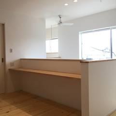 『キッチンを囲む家』: CAF垂井俊郎建築設計事務所が手掛けた書斎です。