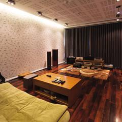 Phòng nghe nhạc xem phim được thiết kế kín đáo riêng tư.:  Phòng tập by Công ty TNHH Thiết Kế Xây Dựng Song Phát