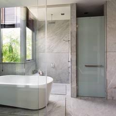 Phòng tắm – vệ sinh trong phòng ngủ chính.:  Phòng tắm by Công ty TNHH Thiết Kế Xây Dựng Song Phát
