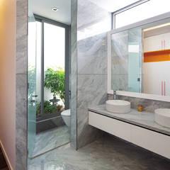 Khu Vườn Đứng Độc Đáo Bên Trong Nhà Phố 4 Tầng Tại Quận 7:  Phòng tắm by Công ty TNHH TK XD Song Phát, Hiện đại Đồng / Đồng / Đồng thau