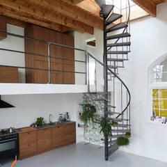trap naar dakterras:  Woonkamer door Atelier ARI
