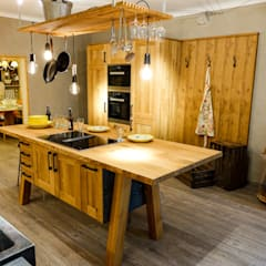 A real rustic oak kitchen !:  Kitchen by CasaLife