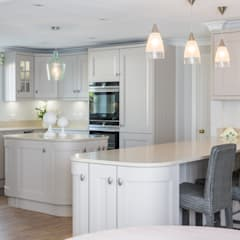 Traditional Open Kitchen:  Built-in kitchens by Woollards of Mildenhall