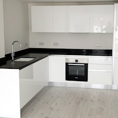 Contractor Kitchen:  Built-in kitchens by Apollo Kitchens