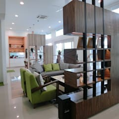 Contemporary Tropical , 3-Storey semi-D:  Living room by inDfinity Design (M) SDN BHD