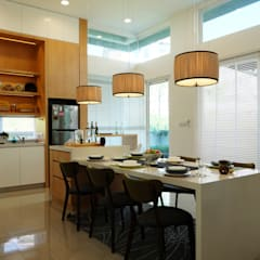 Contemporary Tropical , 3-Storey semi-D:  Dining room by inDfinity Design (M) SDN BHD