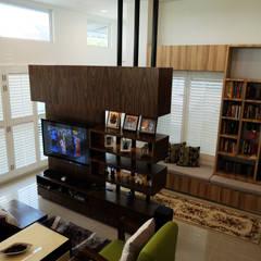 Phòng khách by inDfinity Design (M) SDN BHD