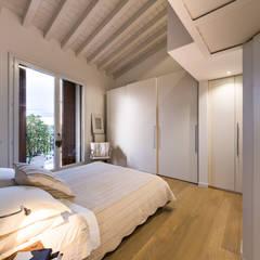 Un luminoso attico d'atmosfera: Camera da letto in stile  di Annalisa Carli