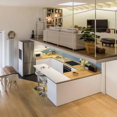 Un luminoso attico d'atmosfera: Soggiorno in stile in stile Scandinavo di Annalisa Carli