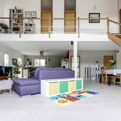 Salon avec mezzanine: Salon de style  par Agence 360 degrés