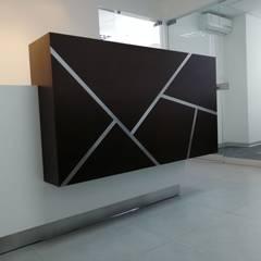 Recepción: Oficinas de estilo moderno por Soluciones Técnicas y de Arquitectura