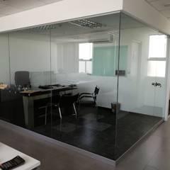 Gerencia: Oficinas de estilo moderno por Soluciones Técnicas y de Arquitectura