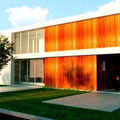 Fachada Frente: Casas unifamiliares de estilo  por I.S. ARQUITECTURA