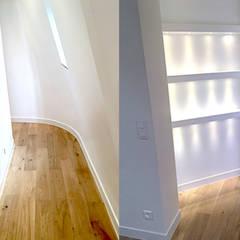 Appartement sous comble rue de la pompe Paris 16: Couloir et hall d'entrée de style  par 2002