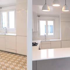 Appartement sous comble rue de la pompe Paris 16: Cuisine de style  par 2002
