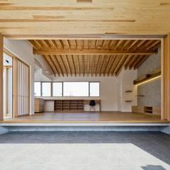 Pasillos y hall de entrada de estilo  por キリコ設計事務所
