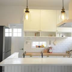 ママとベビーの家: TBJインテリアデザイン建築事務所が手掛けたキッチンです。